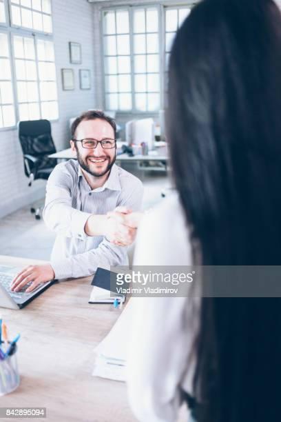 Mann und Frau Handshake im Büro