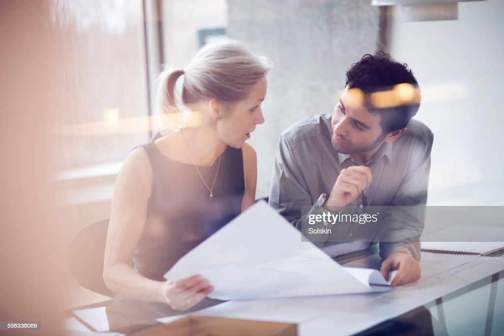 Man and woman in office having a meeting : Foto stock