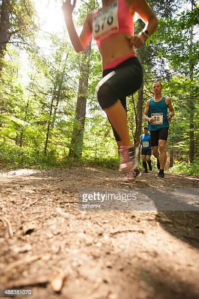 Mann und Frau in ultramarathon race