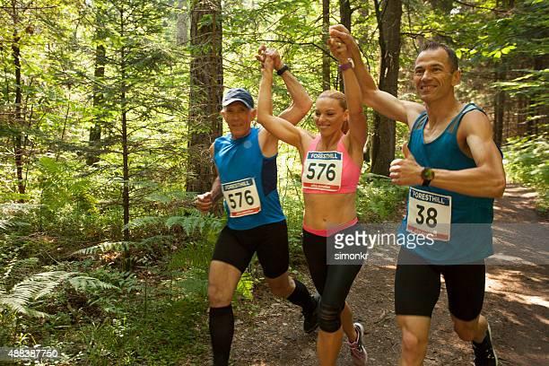 Homme et femme en ultramarathon course