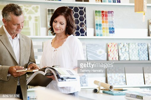 Man and woman looking at color swatches : Foto stock