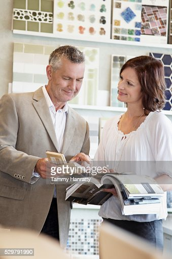 Man and woman looking at tile samples : ストックフォト