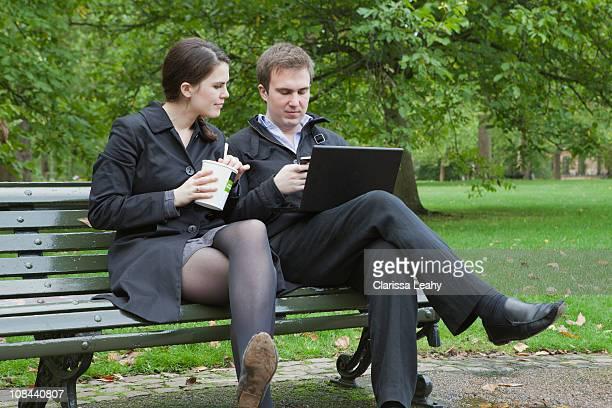 Mann und Frau auf Mittagspause