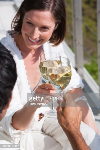Homem e mulher com vinho ao ar livre : Foto de stock