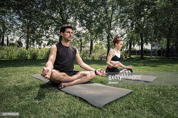 Homme et Femme pratiquant le yoga