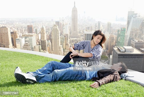 man and woman relaxing with new york skyline : ストックフォト