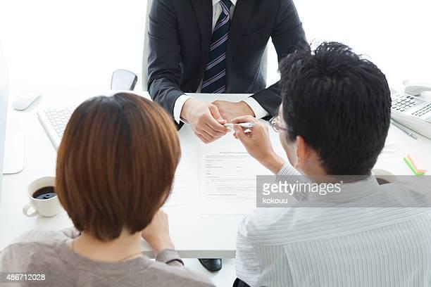 Mann und Frau unterzeichnen Vertrag Darlehen