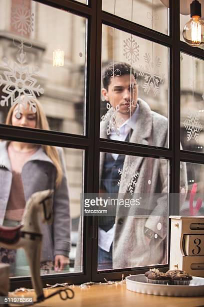Uomo e donna in piedi fuori dal negozio di torta
