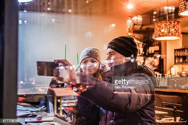 Homme et Femme au café Starbucks