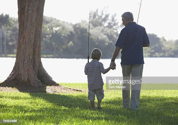 Mann und Junge Junge mit Fischen Totempfähle im Freien im park