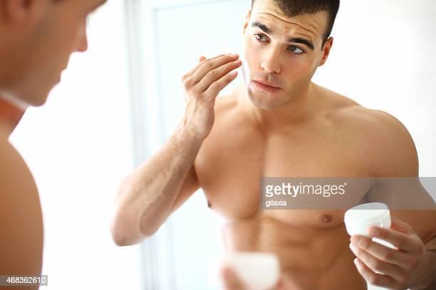 Mann, die Anwendung Feuchtigkeitscreme.