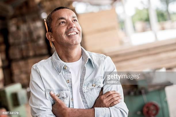 Mann in einem Tischlerarbeit schaut Nachdenklich