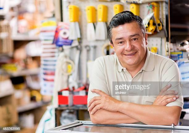 Uomo in un negozio di hardware