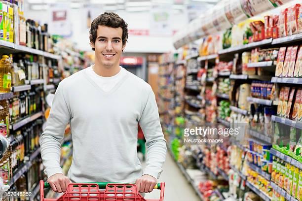 Uomo nel negozio di generi alimentari