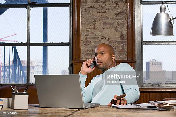 Homme afro-américain dans son bureau