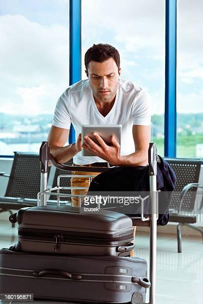 Uomo all'aeroporto con digital tablet