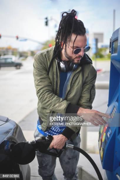 Mann an der Tankstelle