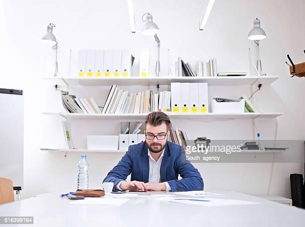 で作業する男性