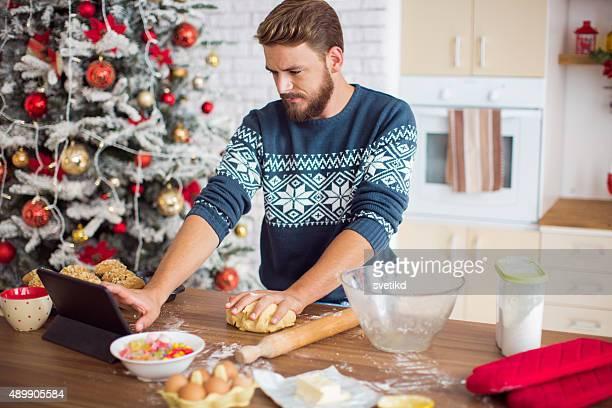 Hombre cocinar en la cocina de Navidad.