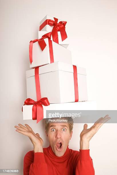 Homme rééquilibre cadeaux sur la tête avec style de Surprise
