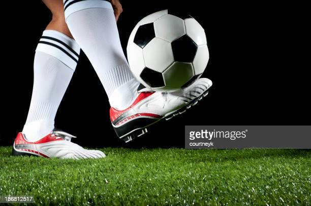 Hombre contabilización de una pelota de fútbol