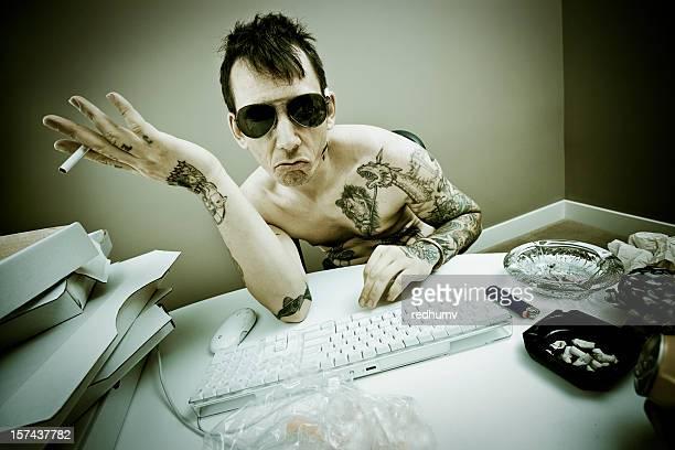 Homme derrière un clavier sur Internet