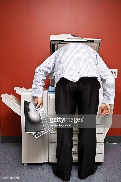 Homme Se courber en avant la photocopieuse de photocopie de son visage