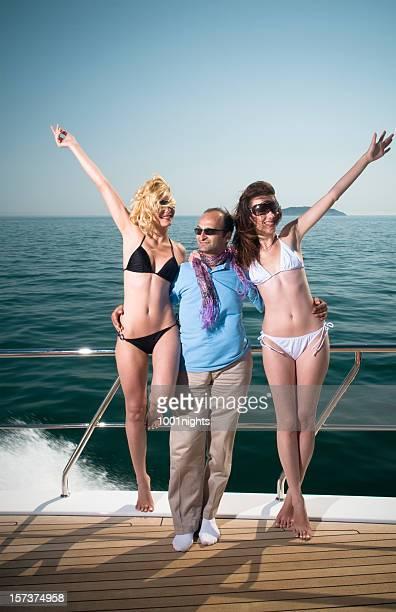 Mann zwischen zwei wunderschöne Mädchen auf der Jacht