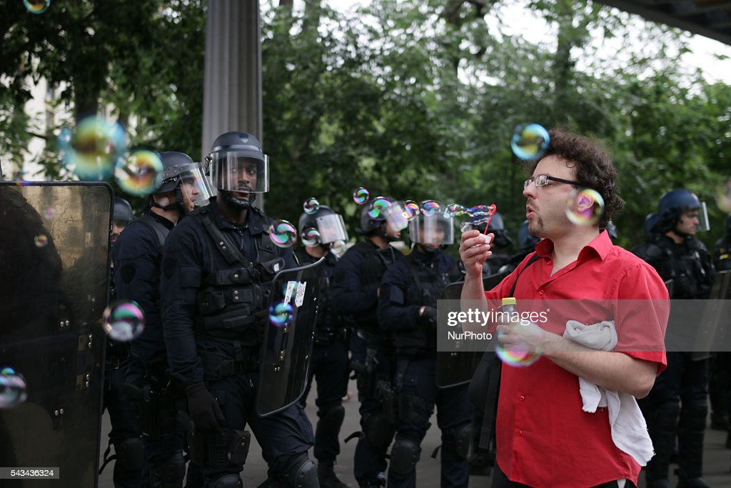 A man blows bubbles to riot police, Seven syndicates call to manifestate against law El Khomri, being the eleventh demonstration, from March to these days. this tuesday the text will be voted by the senate.