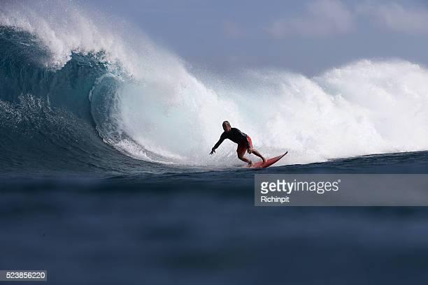 Mann Ende geht auf eine große rollender Welle
