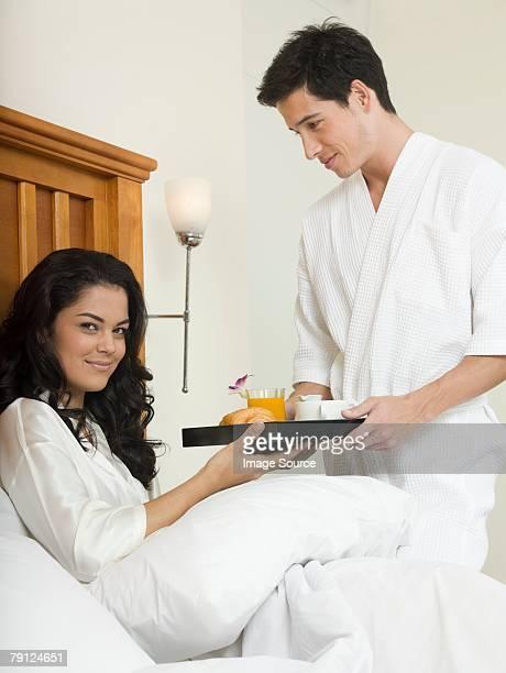 Mann Ihr Frühstück im Bett für Freundinnen