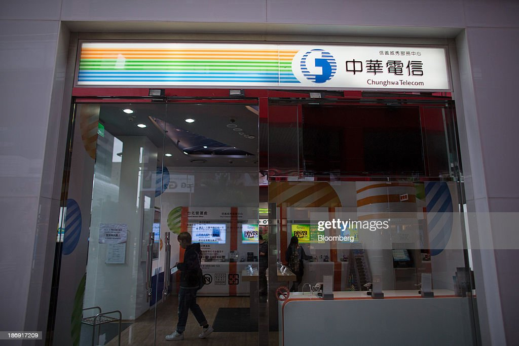 A man browses inside a Chunghwa Telecom Co. store in Taipei, Taiwan, on Monday, Nov. 4, 2013. Taiwans five-year bonds gained for the first time in four days, lowering the yield from a three-week high, after a report showed inflation cooled. The local dollar strengthened. Photographer: Lam Yik Fei/Bloomberg via Getty Images