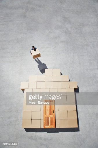 Bâtiment de silhouette de l'homme sur le trottoir