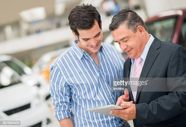 Homme acheter une voiture