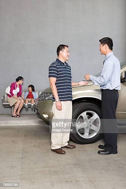 Mann, ein Auto zu kaufen