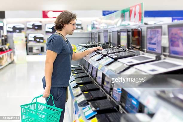 Mann Kauf eines laptop