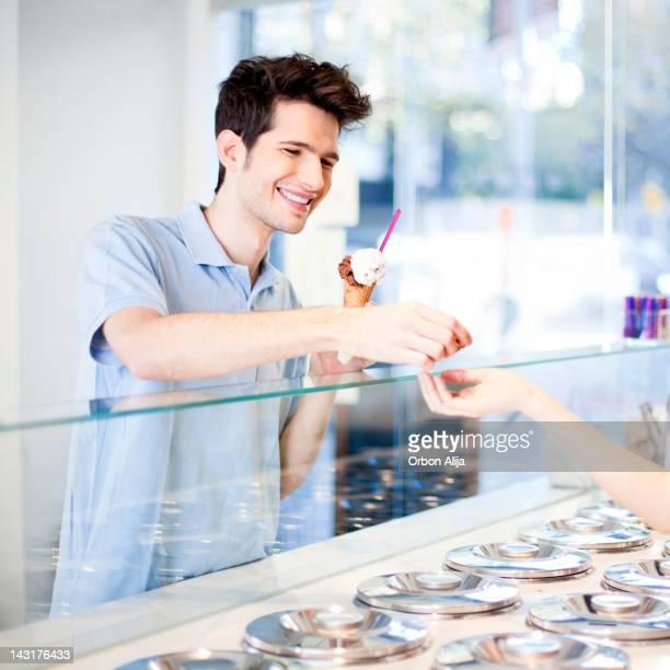 Mann Kauf ein Eis