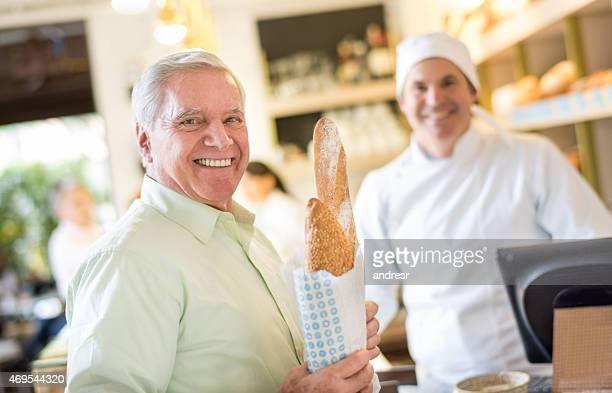 Homme acheter pain à la boulangerie