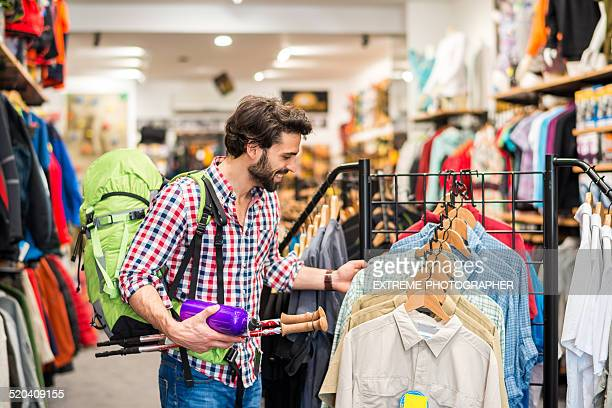 男性のお客様のためのハイキング、スポーツ用具を購入する