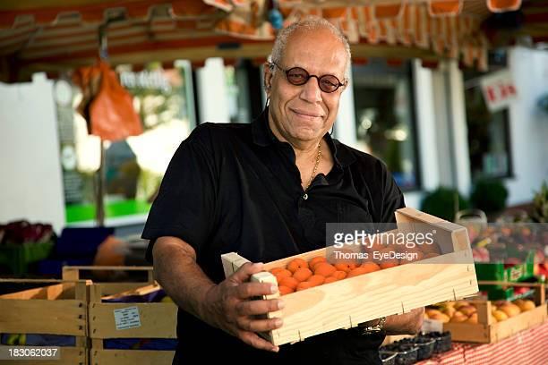 Mann, Kauf von Orangen auf einem Outdoor-Markt