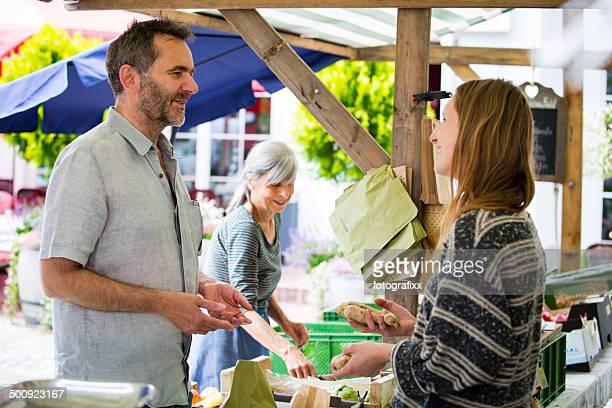 Mann kaufen Bio-Lebensmittel auf einem Farmer's market