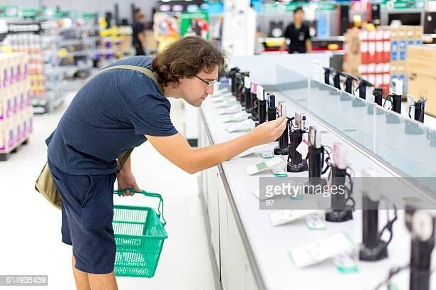 Mann kauft einen Kamera