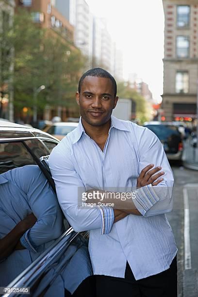 Hombre en una limusina