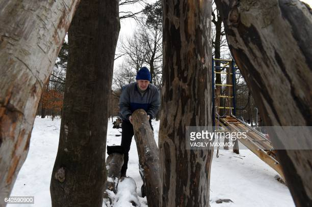 A man carries a trunk in an outdoor selfmade gym in Timiryazevsky Park in Moscow on February 18 2017 / AFP PHOTO / VASILY MAXIMOV