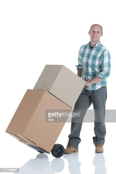 Homme transportant des boîtes en carton à l'entrepôt