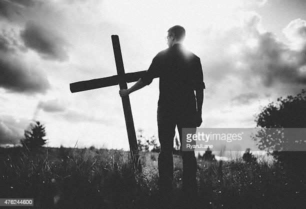 Mann mit Kreuz von Jesus Christus auf seiner Schulter