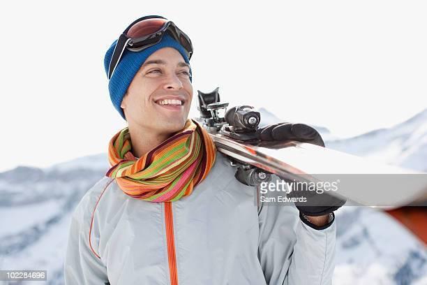 Mann tragen Ski