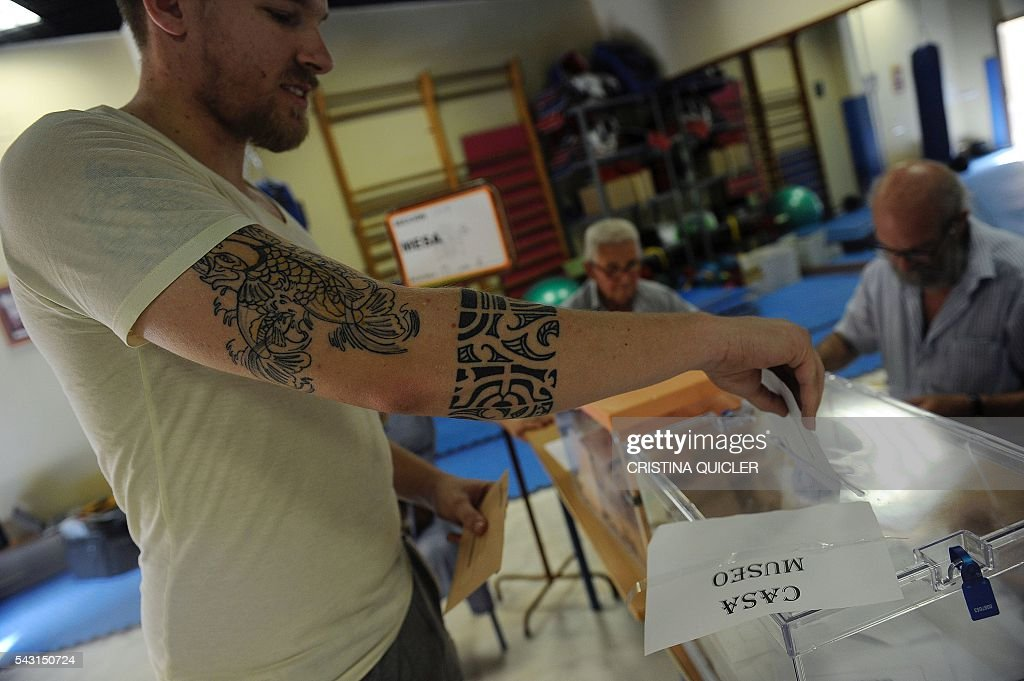 A man casts his ballot for Spain's general election at the Casa Museo in Bollullos de la Mitacion, near Sevilla on June 26, 2016. Spain votes today, six months after an inconclusive election which saw parties unable to agree on a coalition government. / AFP / CRISTINA