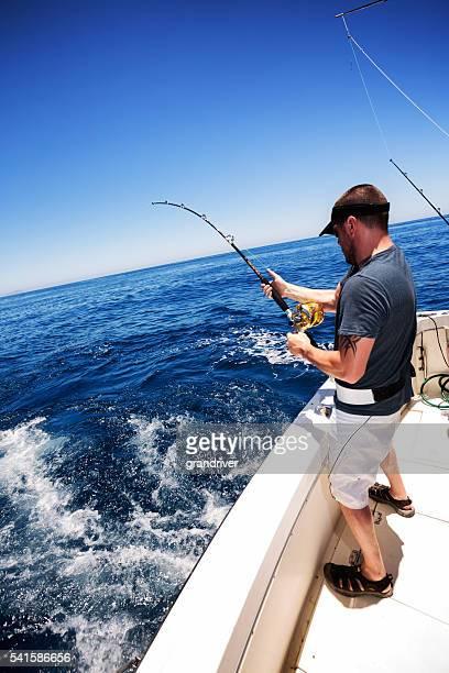 Hombre disfrutando de peces de mar gigante