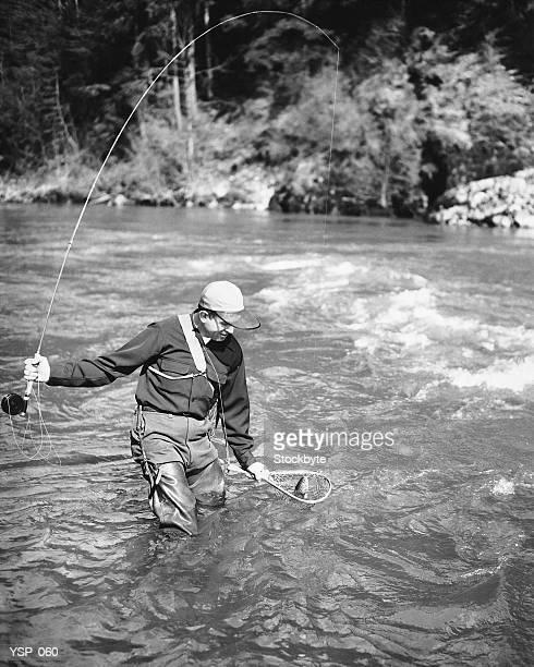 Uomo prendendo pesce in fiume